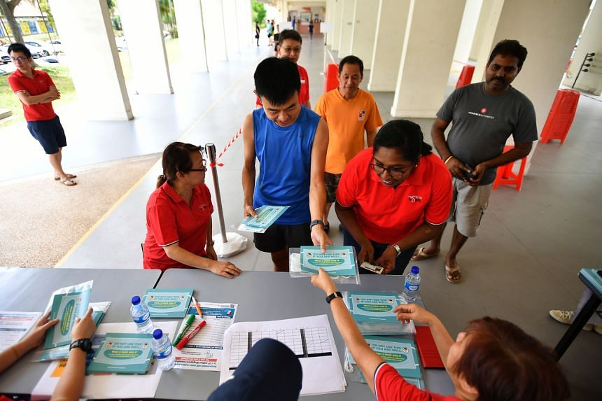 Residents collecting their masks at Block 601 Hougang Avenue 4 on Feb 1, 2020.