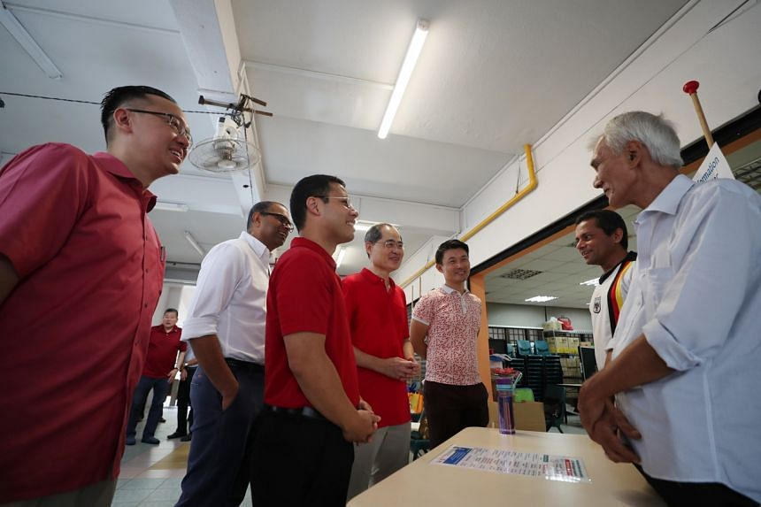 (From left)SPS Tan Wu Meng,SMS Janil Puthucheary, Minister Desmond Lee, Adviser to Telok Blangah Grassroots Organisations (GROs) Mr Lim Hng Kiang andSPS Baey Yam Keng thanking volunteers at the Residents' Committee (RC) centre at Block 47 Tel