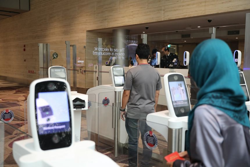 Travellers using contactless clearance. The level of automation will go up even more by 2022, as ICA develops its New Clearance Concept.