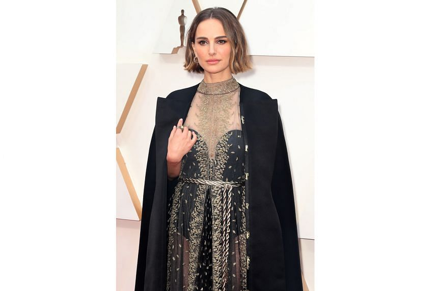 Natalie Portman wore to the Oscars a dress embroidered with the names of female film-makers overlooked for best director nominations.