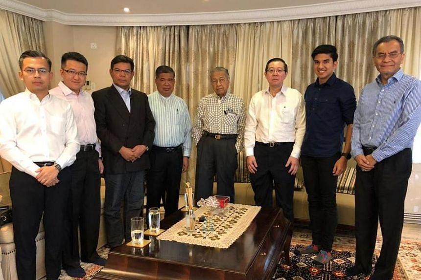 Interim Prime Minister Mahathir Mohamad (center) in a meeting with Pakatan Harapan leaders from PKR, DAP, and Parti Amanah Negara.