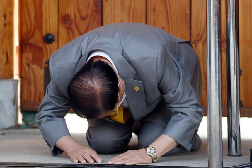 Lee Man-hee, founder and leader of the Shincheonji Church of Jesus, Temple of the Tabernacle of the Testimony, bows ahead of a news conference at his villa in Gapyeong, South Korea, on March 2, 2020.