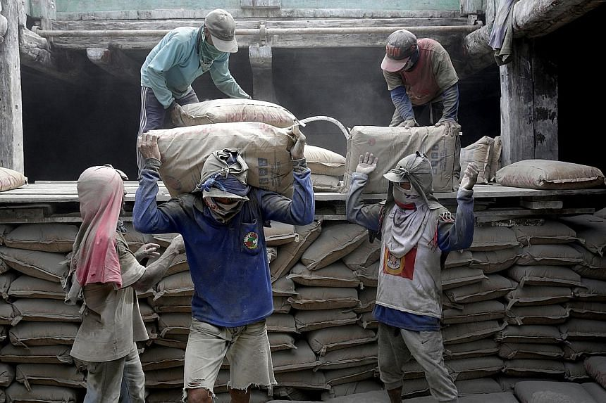 Workers loading cement onto a ship at Sunda Kelapa harbour in Jakarta last month. The Indonesian government estimates economic growth would slow to 4.7 per cent in the first quarter, which would be the weakest pace since 2009.