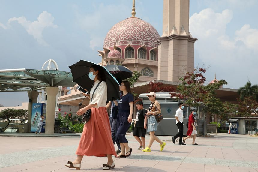 Tourists outside a mosque in Putrajaya, Malaysia, on Jan 28, 2020. The decision to close was made following a decree from the Raja of Perlis based on the recommendations of the Health Ministry.