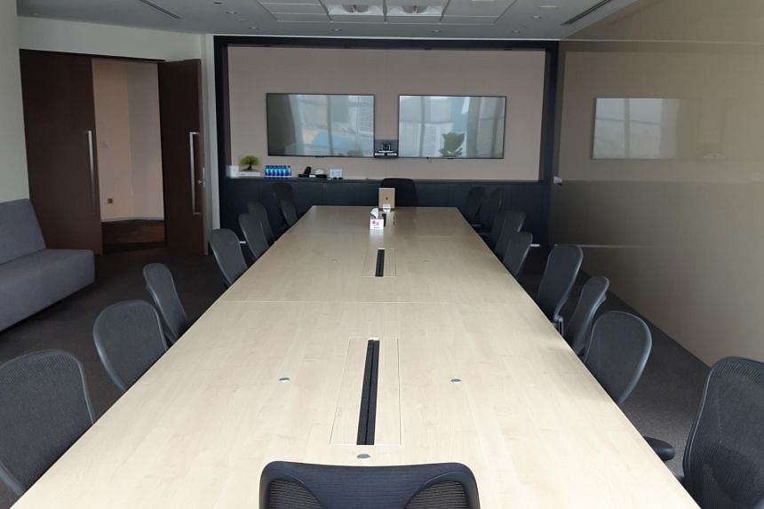 No sign or marking on 1m safe distancing at meeting room.