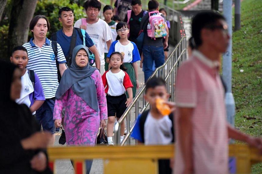 Students returning to Zhenghua Primary School.