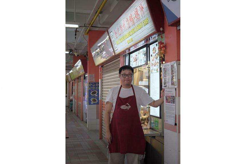 Hawker Melvin Chew, owner of Jin Ji Teochew Braised Duck & Kway Chap stall at Chinatown Complex Food Centre, created the Facebook group, Hawkers United – Dabao 2020, to help fellow hawkers cope with the dining-out ban.