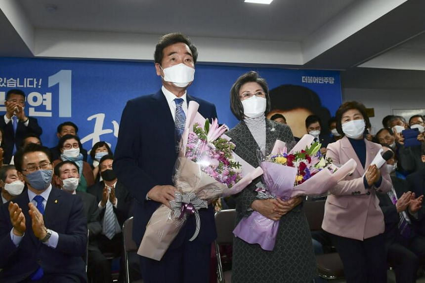Former prime minister Lee Nak-yon and his wife, Ms Kim Suk-hee, after winning the Jongno seat on April 15, 2020.