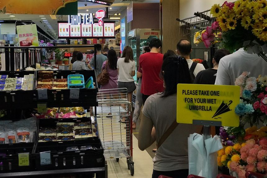 A queue at the LiHo outlet in Coronation Plaza at around 9.30pm on April 21, 2020.
