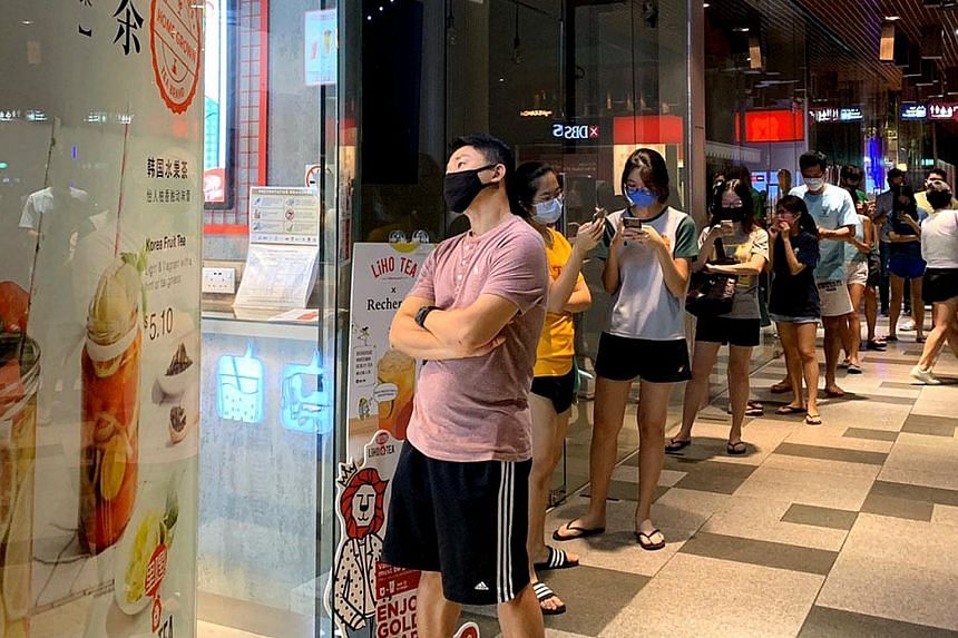 Bubble tea fans lining up outside the LiHo shop @ My Village at 9.15 last night. ST PHOTO: WANG HUI FEN