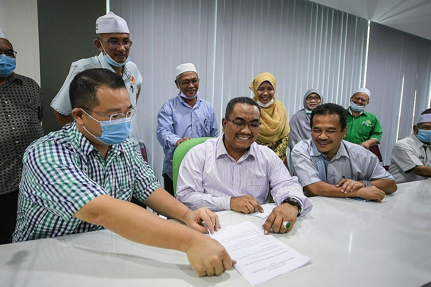 PAS Kedah deputy chief Muhammad Sanusi Md Nor (seated, centre) flanked by Sidam assemblyman Robert Ling Kui Ee and Lunas assemblyman Azman Nasrudin after a press conference in Alor Setar yesterday. Dr Ling and Mr Azman said they had quit PKR after lo