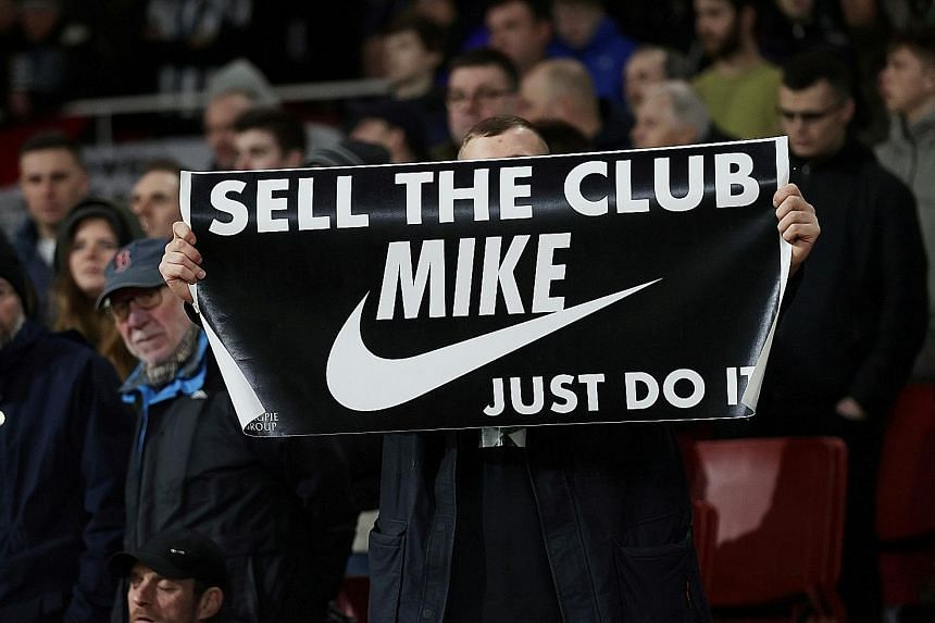 Newcastle owner Ashley gives Mauriss short takeover deadline
