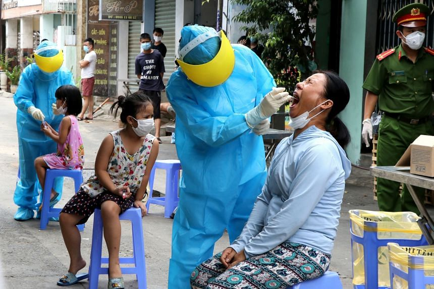 Medical specialists take testing samples from local residents in a residential area in Danang, Vietnam on Aug 3, 2020.