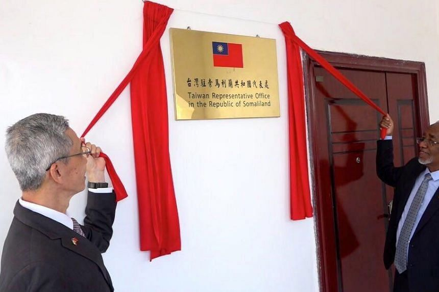 Taiwanese Representative Lou Chen-hua (left) and Somaliland's Foreign Minister Yasin Hagi Mohamoud (right) jointly open Taiwan's representative office in Hargeisa, on Aug 17, 2020.