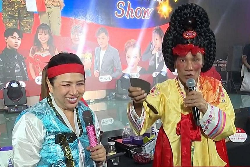 Getai hosts Liu Lingling and Wang Lei promoting kitchenware during a virtual show last week. Getai performers say taking on the role of live-stream sales promoter is key to their livelihood these days. PHOTO: LIU LINGLING/ FACEBOOK