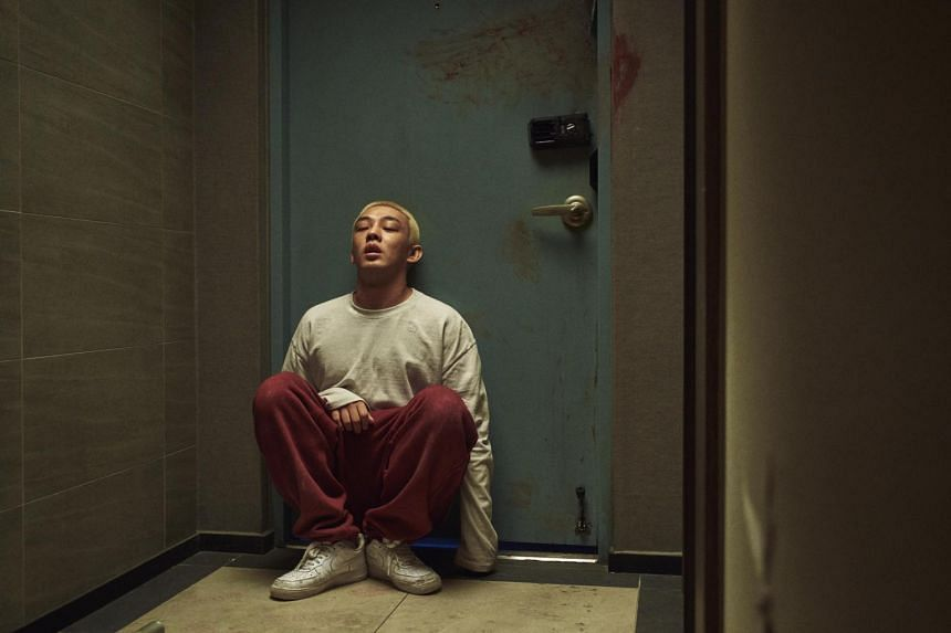 #Alive sees video-game addict Joon-woo (Yoo Ah-in) alone in his apartment when the zombie apocalypse strikes.