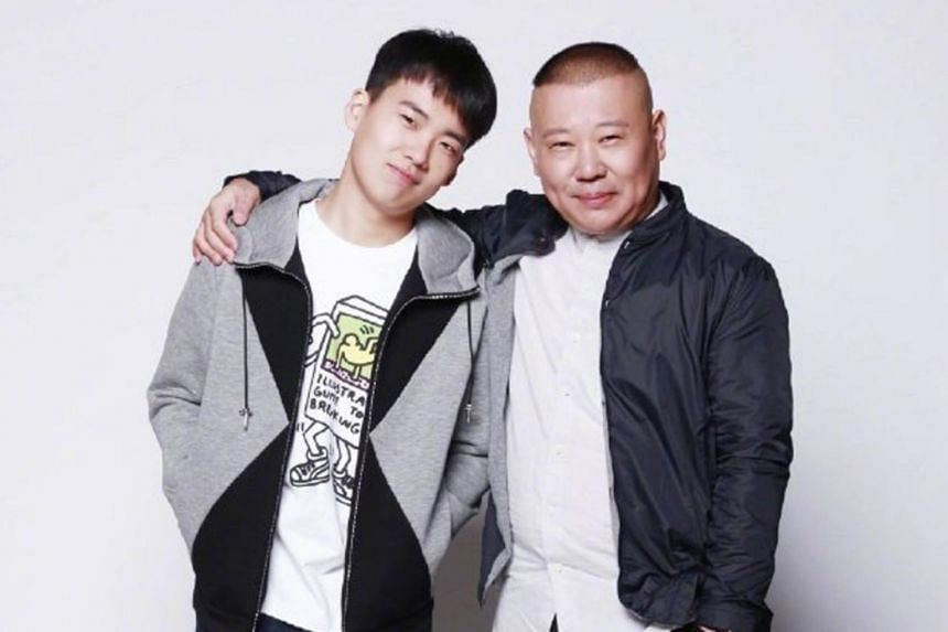Guo Degang posted a photo with his elder son, Qilin, who is a cross-talk artist like him.