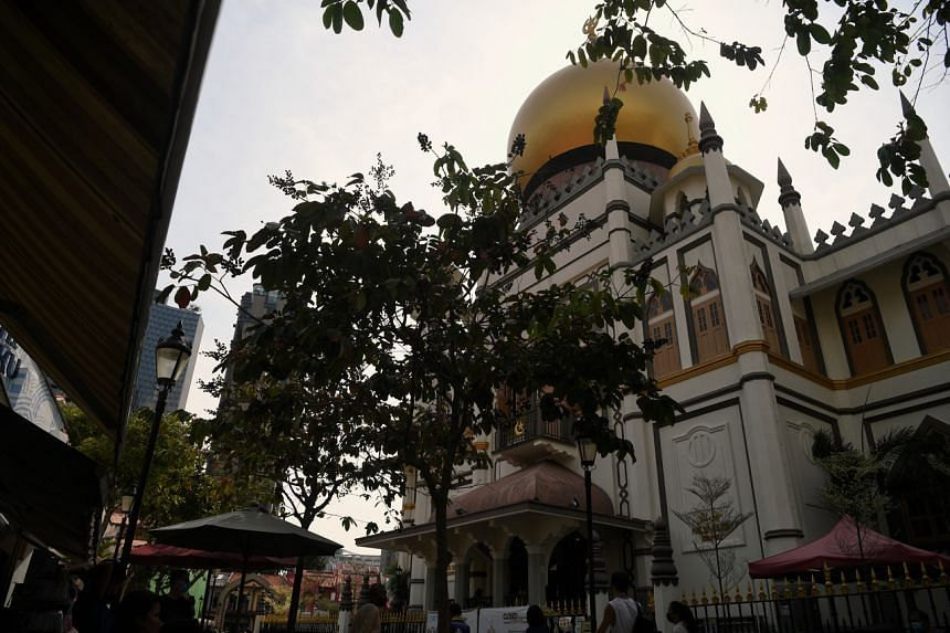 Part of the experience includes a heritage tour of iconic landmarks like the Sultan Mosque and Haji Lane.