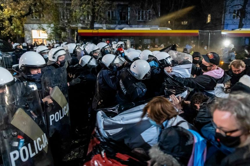 Protesters scuffle with riot police guarding the house of Jaroslaw Kaczynski on Oct 23, 2020.