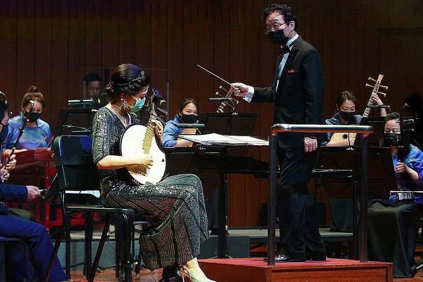 The one-hour concert, titled Yueqin Romance, featured the yueqin, played by soloist Zhang Li (left) and with music director Tsung Yeh as conductor.