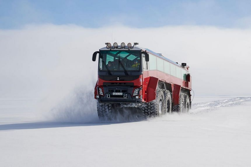 The bus' dimensions allow it to cross crevasses 3m wide.