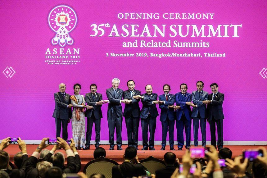 Para pemimpin ASEAN melakukan jabat tangan khas ASEAN di KTT di Bangkok pada 3 November 2019. FOTO: ZAOBAO