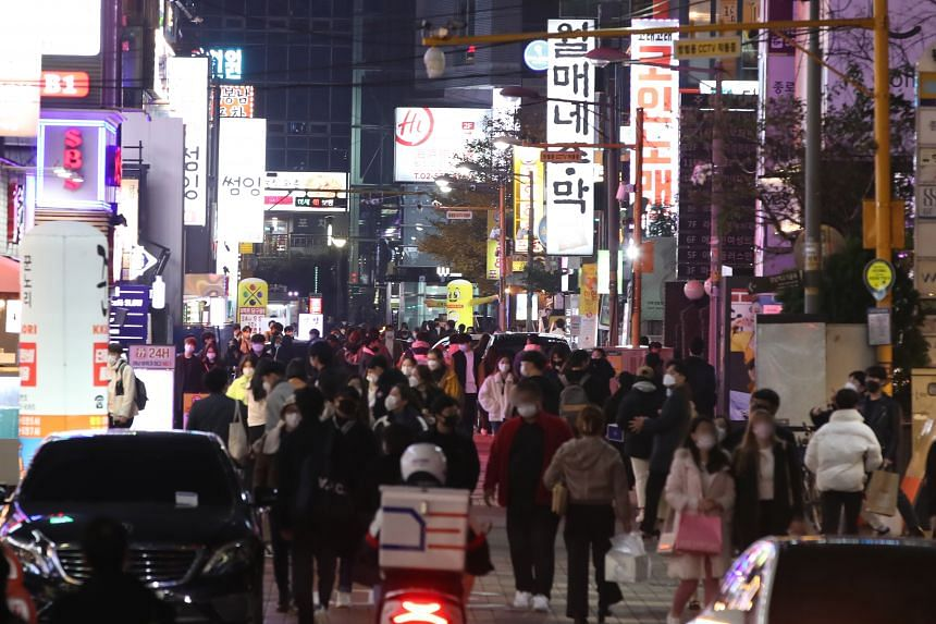 A street near Gangnam Station in southern Seoul yesterday, the first weekend since social distancing curbs were raised a notch higher for the greater Seoul area in response to a surge in new coronavirus cases.