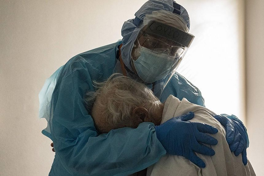 Photo shows Texas doc hugging elderly COVID-19 patient on Thanksgiving