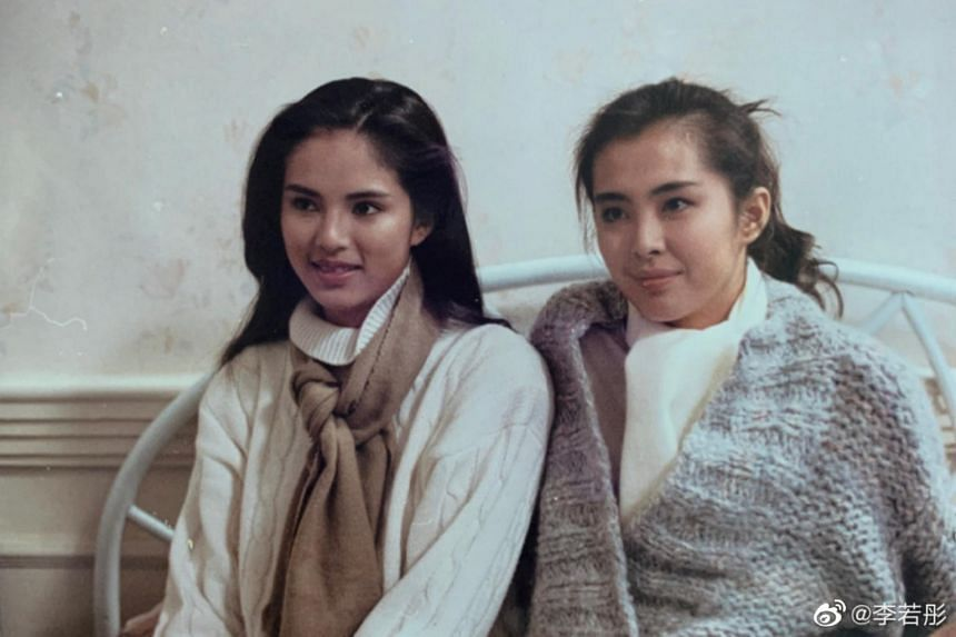 Carman Lee posted two photos she took with Joey Wong in 1989 as she plugged her book on Weibo.