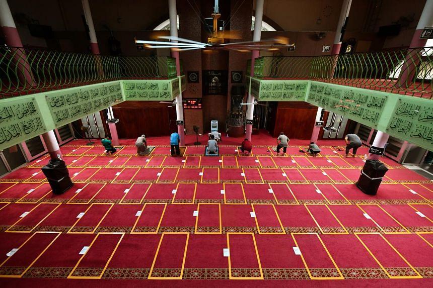 People praying in En-Naeem Mosque, on Dec 3, 2020.