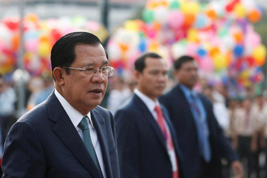 Hun Sen hailed the first extraction of crude a new achievement for Cambodia's economy.