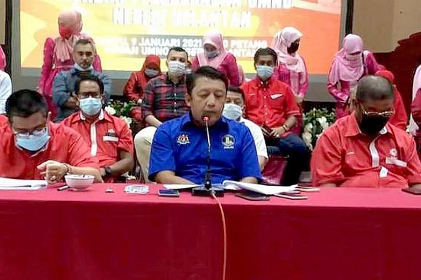 Umno MP Ahmad Jazlan Yaakub (centre) announcing yesterday that he was withdrawing support for Prime Minister Muhyiddin Yassin's administration.