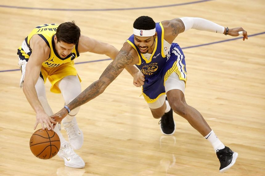 Doug McDermott of the Indiana Pacers and Kent Bazemoreof the Golden State Warriors at Chase Center in San Francisco, on Jan 12, 2021.