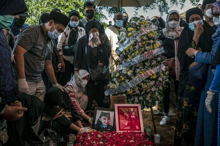 Mourners at the funeral of off-duty flight attendant Isti Yudha Prastika in Jakarta on Jan 16, 2021.