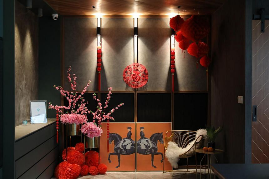 Using lanterns of different sizes is one way of playing with depth and using varied sizes while decorating a niche for CNY.