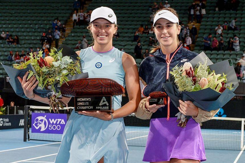 Iga Swiatek (left) and Belinda Bencic with their trophies.