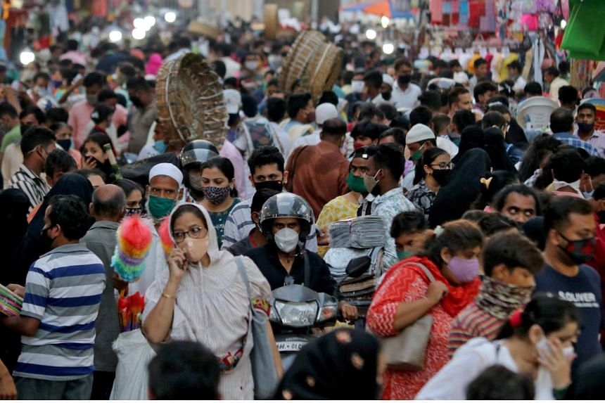 People crowd a marketplace in Mumbai on March 22, 2021.
