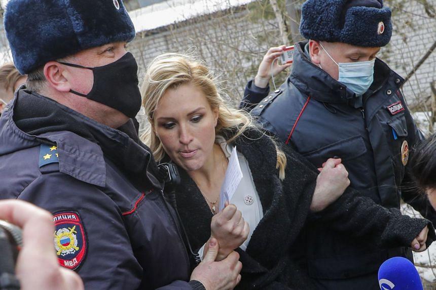 Russian police detain Anastasia Vasilyeva (centre) near the entrance to the penal colony.