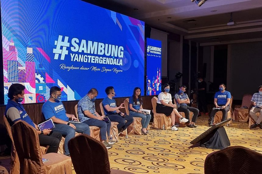 Umno's information chief Shahril Hamdan (fourth from left) discussing policies with other town hall participants during the first leg of the Sambung Yang Tergendala (Resume the Interrupted) tour in Perak last Saturday.