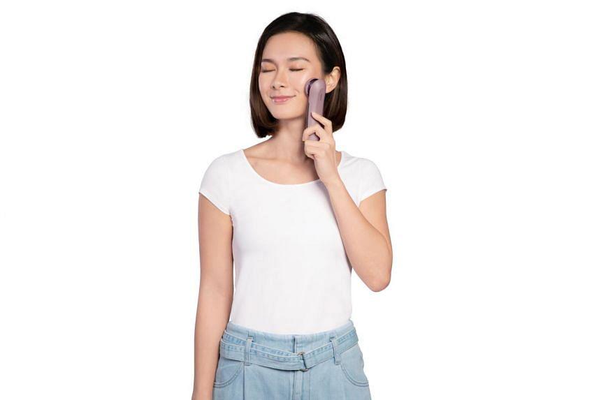 A model uses the Osim uGlow galvanic facial device.