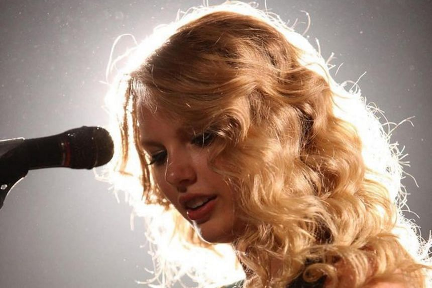 Fearless (Taylor's Version) features 26 tracks, including six previously unreleased songs from the vault.
