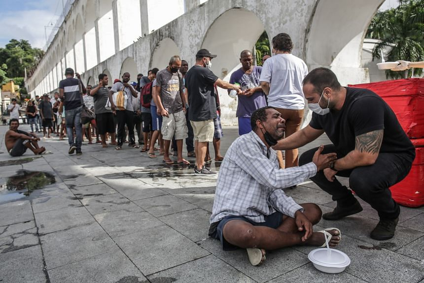 Volunteers distributing food to poor people in Rio de Janeiro on April 21, 2021.