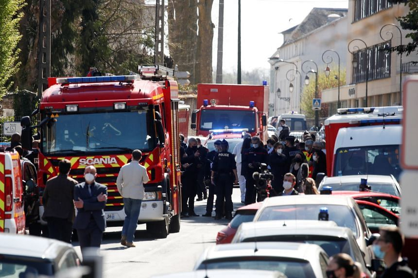 The victim was stabbed twice in the throat at the entrance of the police station in Rambouillet.