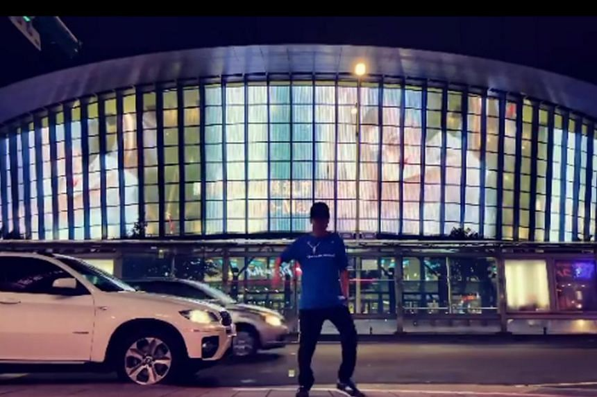 No one appeared to recognise JJ Lin, who was dancing in front of the Taipei Arena multi-purpose stadium.