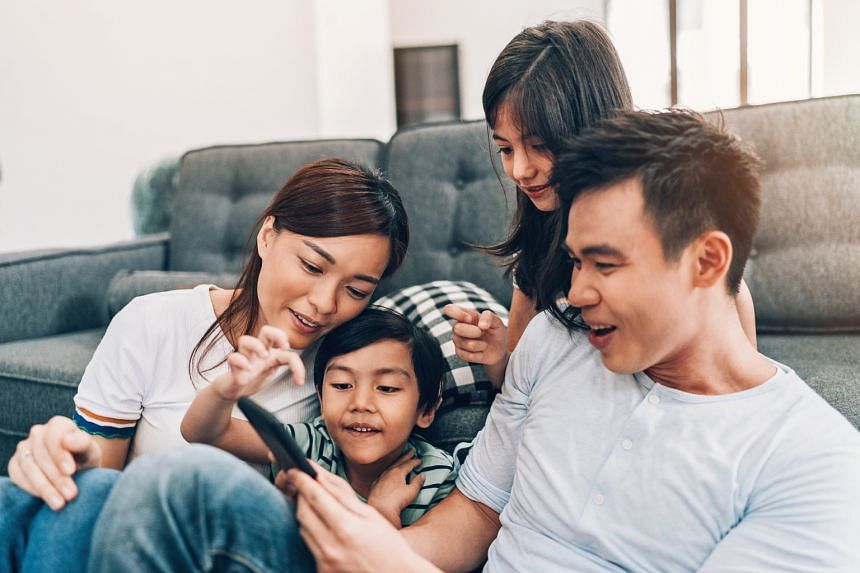 Playing a popular online game together can help parents gain insights into their children's world, say experts.