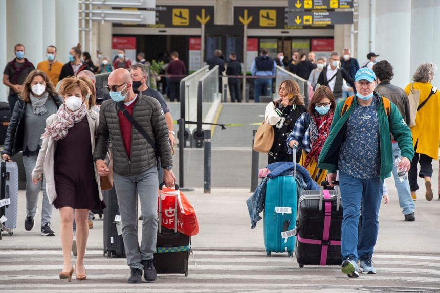 The number of foreign tourists visiting Spain rose to 630,657 in April, from a virtual zero in the same month a year ago.