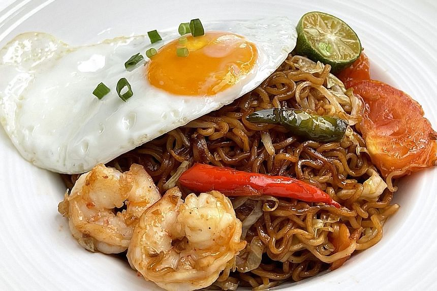 This dish made with instant noodles is perfect for using up the odds and ends in your fridge.