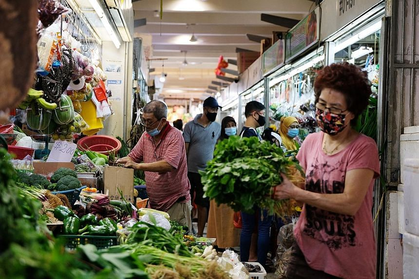 While wet market prices of some vegetables have gone up, both FairPrice and Sheng Siong say their prices have not been affected. PHOTO: LIANHE ZAOBAO