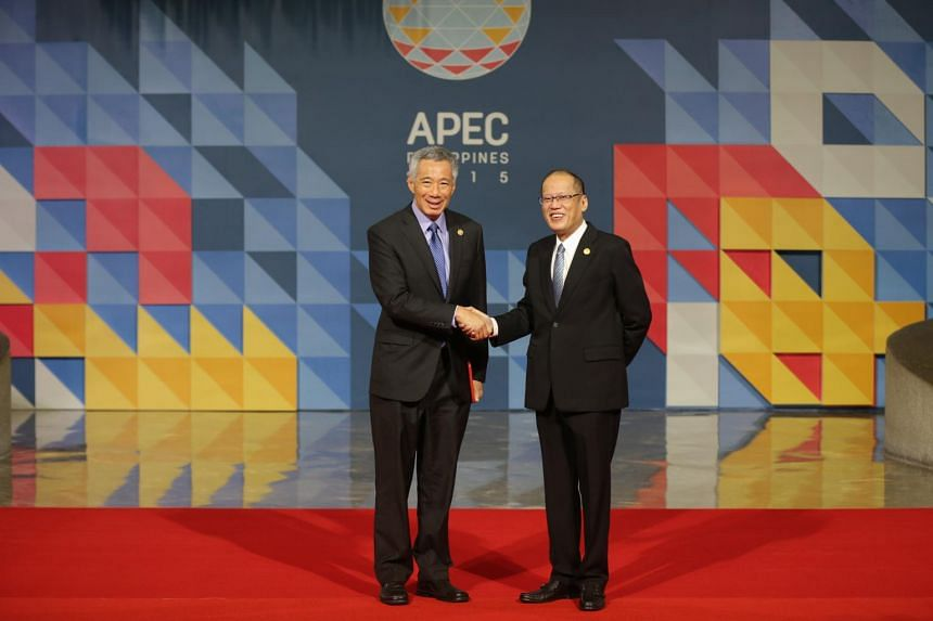 Singapore's Prime Minister Lee Hsien Loong (left) shaking hands with Mr Aquino in Manila on Nov 19, 2015.
