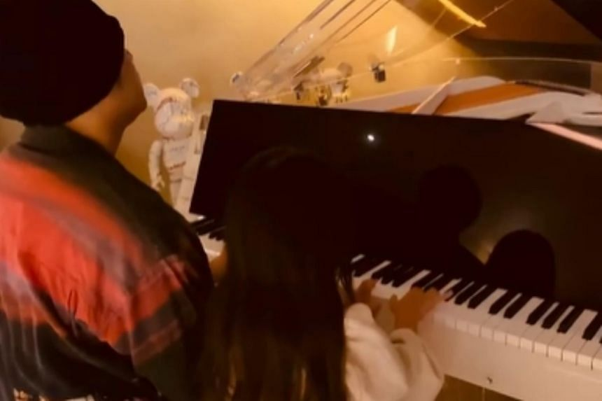 In an Instagram post Jay Chou and his daughter are seen sitting side by side at a transparent grand piano.